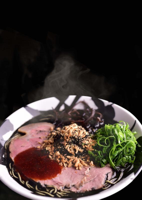 黑贺正。漆黑的浓厚香味,份量十足的碗里飘着鱿鱼墨及蒜香的香辣椒油。