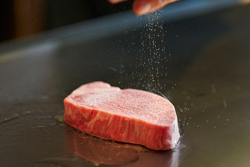 使用するのは選び抜かれた神戸牛のみ。一つ一つに証明書が付いている最高級品である。
