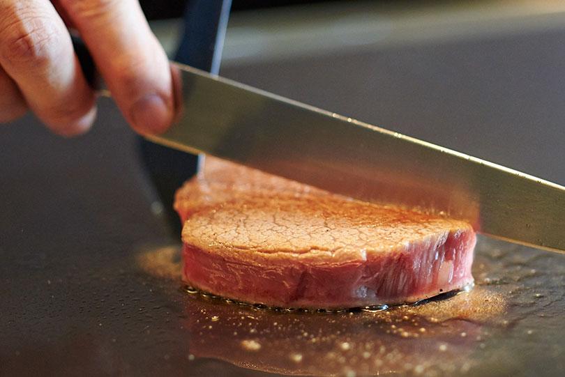 高温に熱された鉄板で、焦がさないように表面だけをサッと火入れ。旨みを内に閉じ込める。