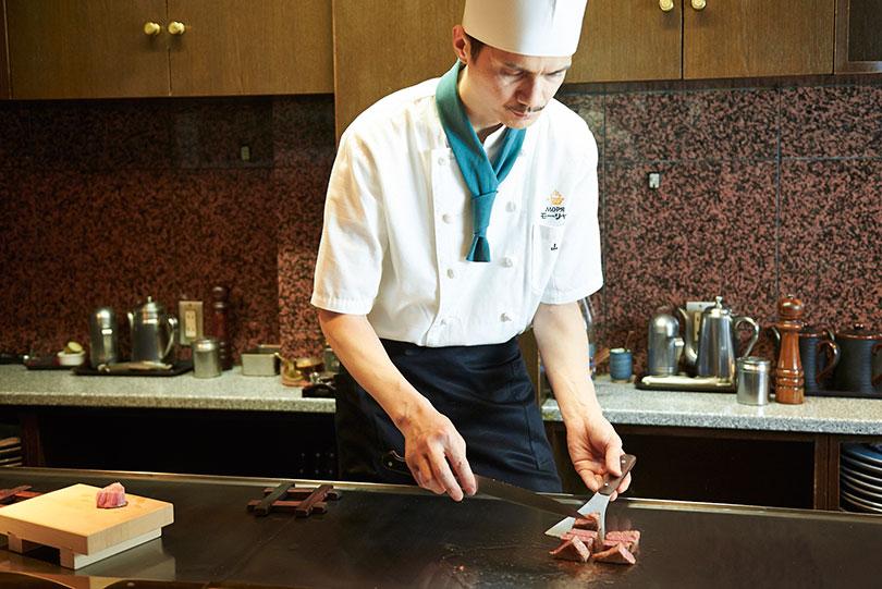 「オープンキッチンは舞台」と語る料理長。スキが無く美しい所作も見どころの一つ。