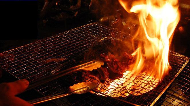 宮崎直送の良質なモモ肉を炭火で炎を上げ一気に焼き上げます。<br>1,200円(税別)