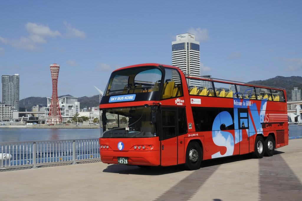 鮮やかな赤が特徴の2階建て屋根なしバス