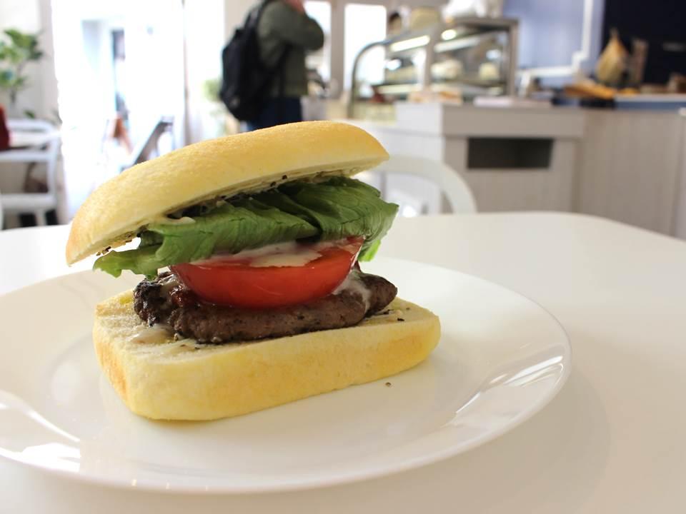 シャキシャキレタスと厚みのある牛肉100%のハンバーグ