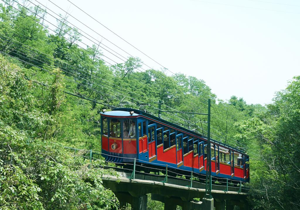約10分間で山上までつなぐケーブルカー。展望台からは神戸や大阪を一望できる<br />
