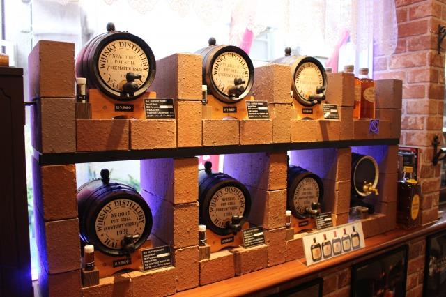 オーナーお手製の樽に入った特別熟成ウイスキーも楽しめます。