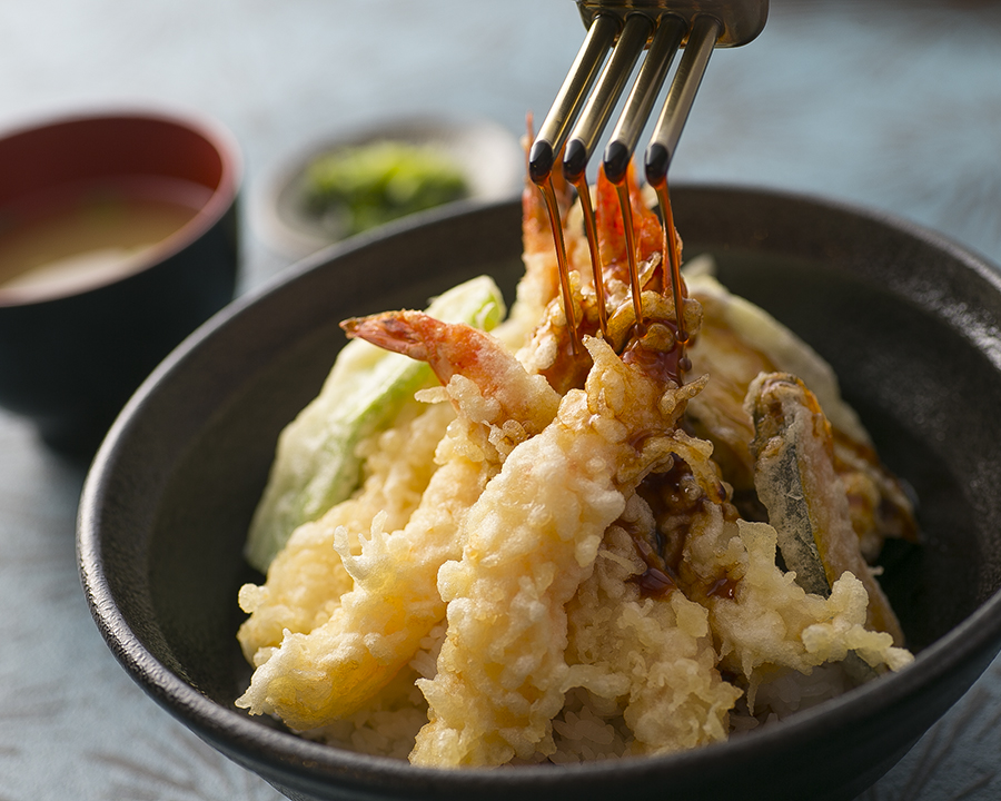 名物天丼、絶品タレが味の決め手、必食メニュー。