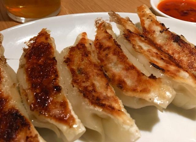 自家製味噌だれで食べる、餃子390円(税別)
