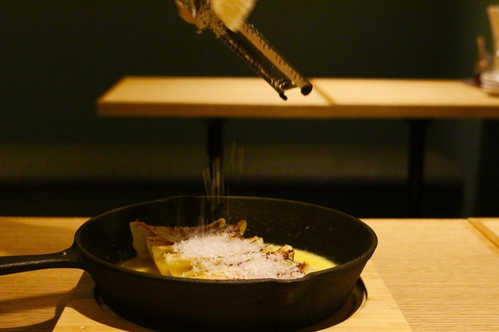 お客様の目の前でパルメザンチーズをかける、チーズ餃子 780円(税別)
