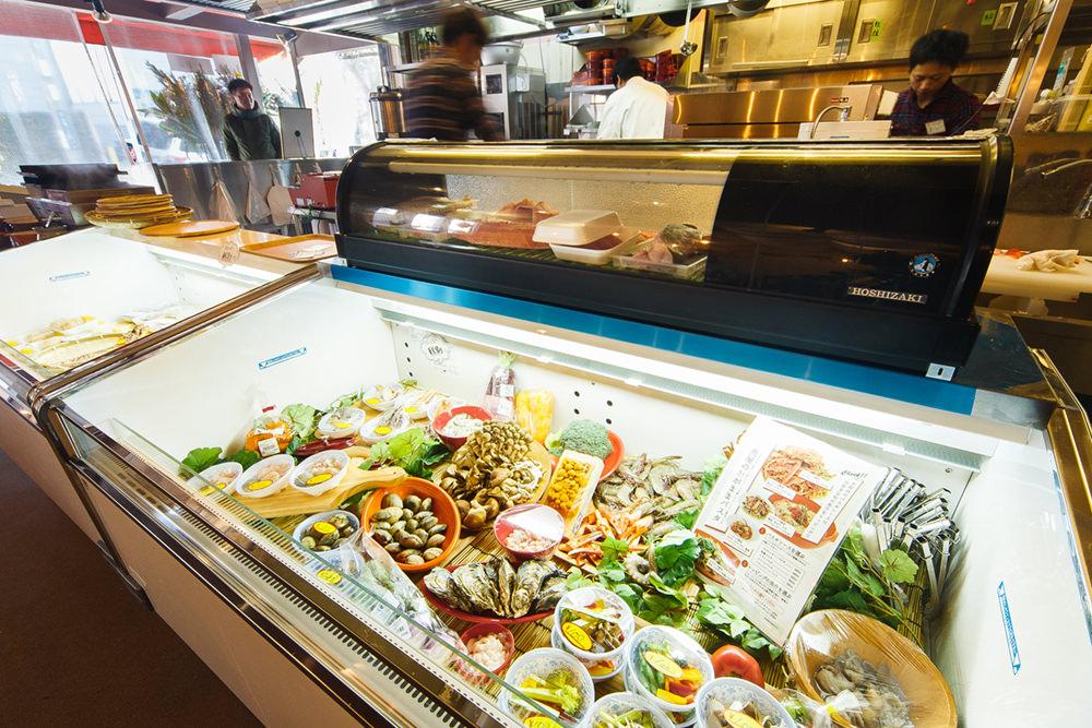 まず、ベースになるパスタソースを選ぶ。ショーケースに並んでいる新鮮な魚介・野菜からトッピングを選ぶ。オリジナルパスタの完成!