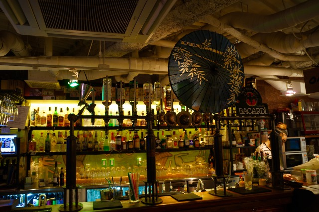 海外のお客さまも多く国際色豊かで、日本語と英語が飛び交うインターナショナルな雰囲気です。