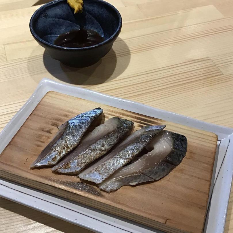 人気の炙りしめサバ 新鮮なうちに〆たしめ鯖は、日本酒を始めお酒に合う絶品です!目の前で炙る演出をお楽しみください。