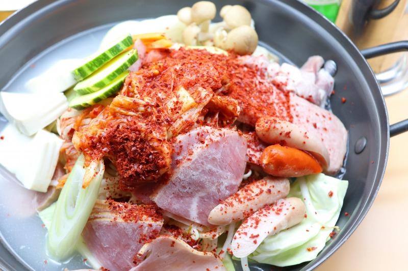 プデチゲはプデ=軍隊、チゲ=鍋の通り、軍隊料理が元になった大衆的な鍋料理。