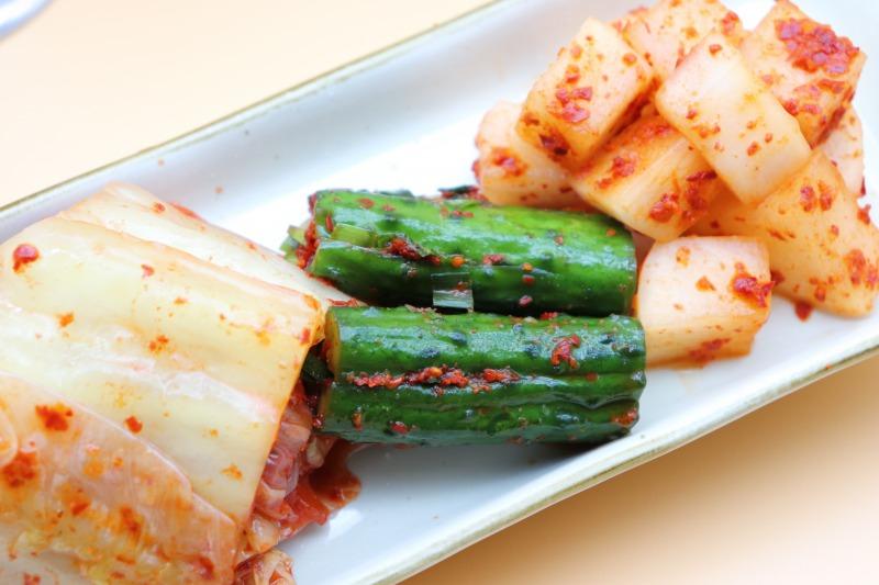 キムチ盛り合わせは箸休めにピッタリ。