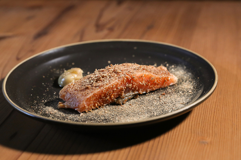 麦芽をまとった香ばしいサーモン(haneru べらみ)