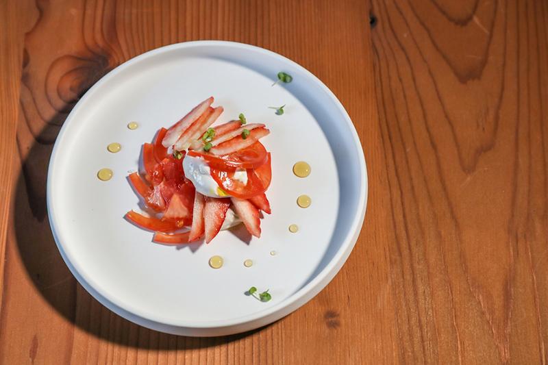トマトとイチゴ 新鮮な素材を繋ぐスパイスを効かせたクリームが、トマトの酸味とイチゴの香りを高め、メープルシロップでまとめました。(haneru べらみ)