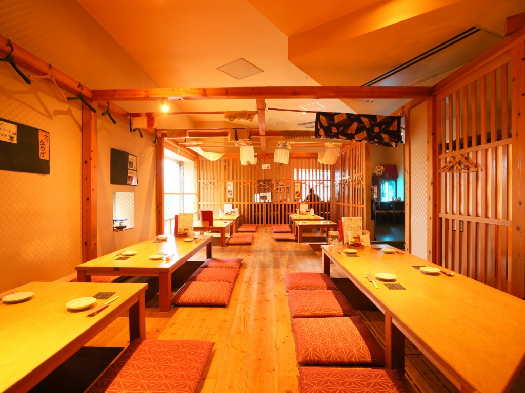 Hori-gotatsu (sunken kotatsu table) seats, bar counter with a beautiful night view of Harborland.