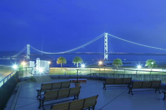 From the Marine Terrace, you can enjoy a dynamic, panoramic view of the Akashi Kaikyo Ohashi.<br />