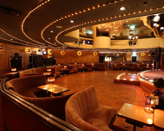 The cabaret has been crowded with many customers who seek an urban getaway and it is the place for adults to enjoy real entertainment. Please enjoy the traditional yet modern atmosphere.
